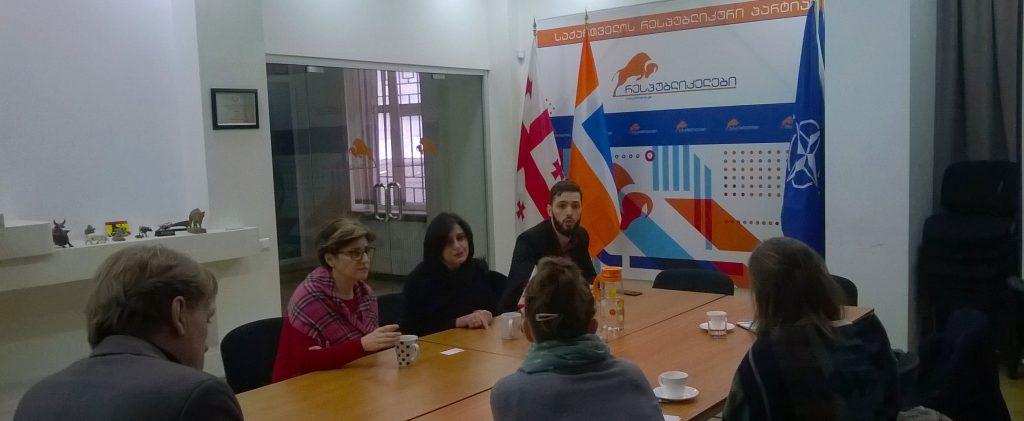 RPG ontmoeting. Partijvoorzitter Khatuna Samnidze (links) praat ons bij.